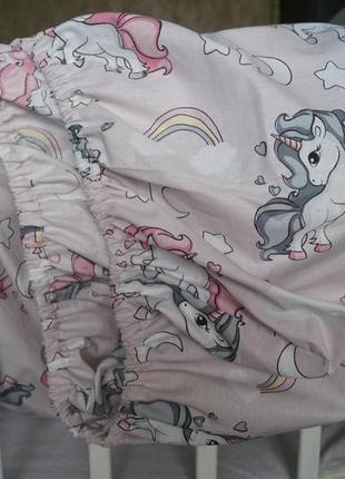 Простынь на резинке в детскую кроватку с единорогами для девочки