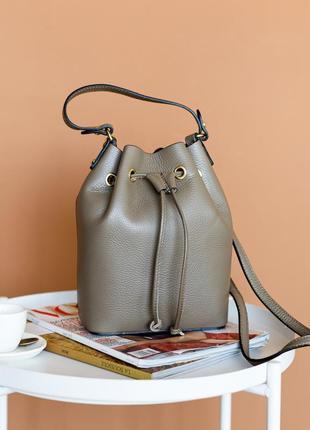 Кожаная стильная темно-бежевая сумка бочонок на утяжках, италия