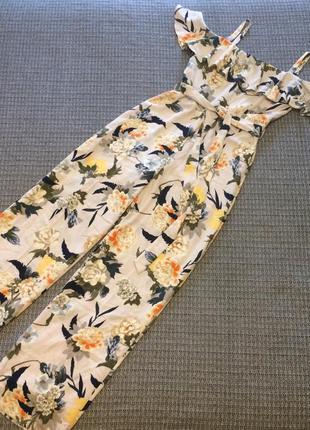 Комбинезон в цветочный принт с воланом на бретельках классный стильный