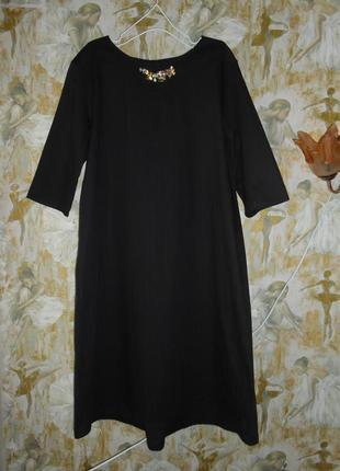 Черное платье италия 46 размер с красивым украшением на горлышке