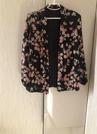 Облегчённый пиджак без пуговиц в цветочный принт