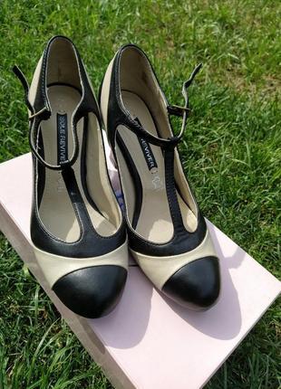 Кожаные туфли р.37 оригинальные на удобном среднем каблуке
