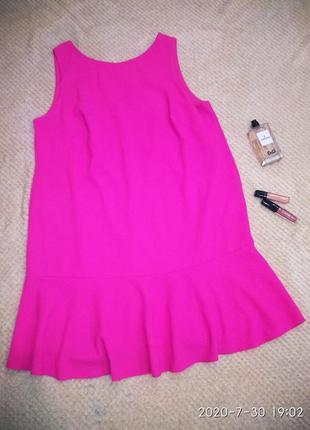 Дуже стильне, яскраве плаття з вирізом на спинці