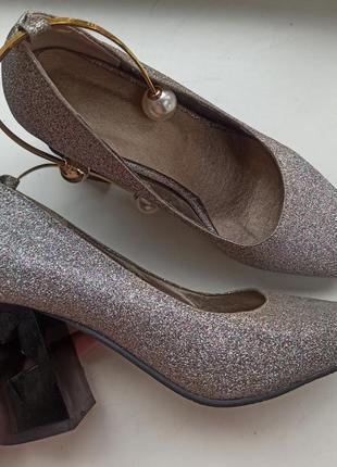 Вечерние туфли с блестками и перфорацией каблука
