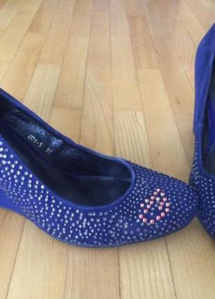 Синие замшевые туфли со стразами на танкетке