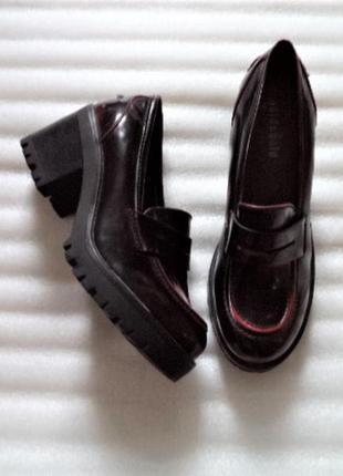 Эко кожа/туфли, очень сильно похожи на кожу,очень мощные и очень крепкие/на узкую ногу