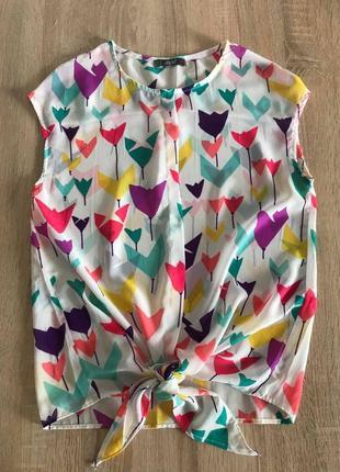 Белая блузка топ в цветной принт бренда dilvin