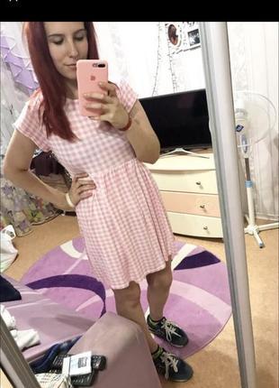 Розовое легкое платье в клеточку