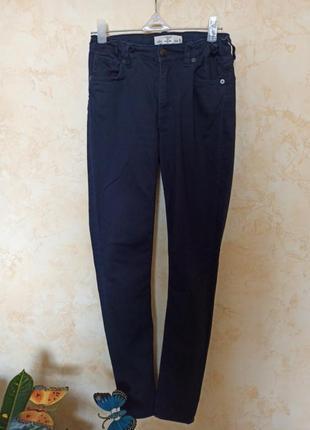 Зауженные темно -синие джинсы