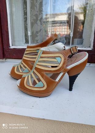 Босоножки на каблуке кожаные