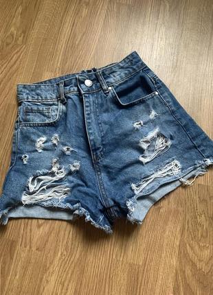 Рваные джинсовые шорты с молнией