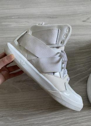 Белые сапоги ботинки adidas