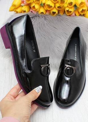 Нарядные черные женские туфли на ярком низком каблуке