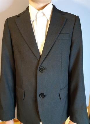 Школьный костюм двойка: пиджак+брюки рост 134 плюс подарок