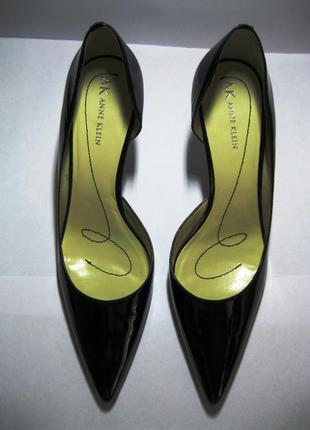 Модные лаковые кожаные туфли лодочки черного цвета на шпильке anne klein