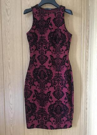 Бордовое силуэтное платье по фигуре миди длины