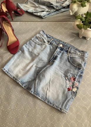 Брендова  джинсова спідничка з вишивкою