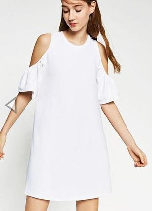 Белое платье с открытыми плечами house