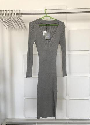 Облегающее серое вязанное платье с вырезом