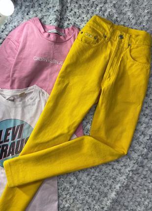 Яркие джинсы мом на болтах