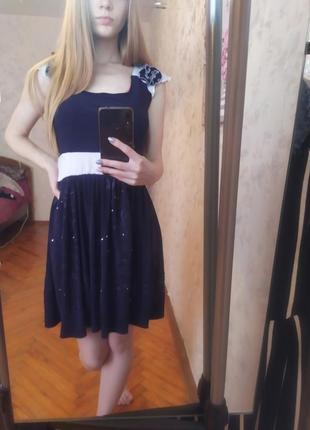 Синее летнее платье с белым поясом