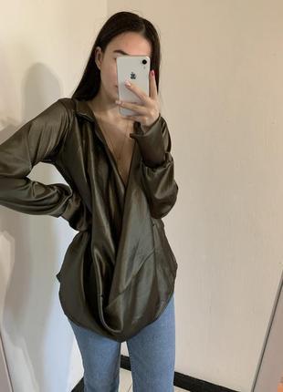 Блуза с декольте