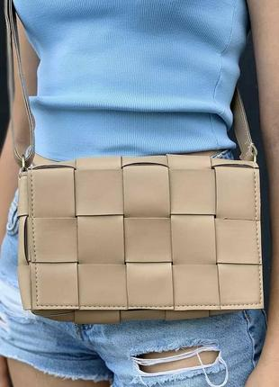 Бежевая сумка через плечо сумочка клатч кроссбоди плетёная косичка