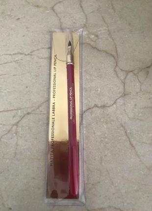 Красивый карандаш для губ