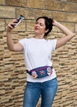 Сумка на пояс из джинса с вышивкой ручной работы