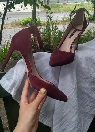 Бордовые туфли на шпильке с тонким ремешком
