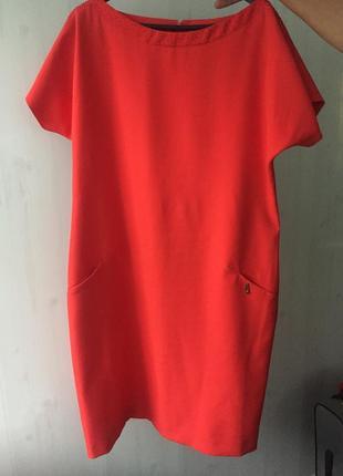 Красное нарядное платье в мелких камешках