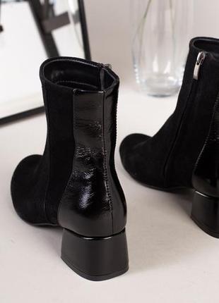 Женские демисезонные ботинки на квадратном каблуке - 4709