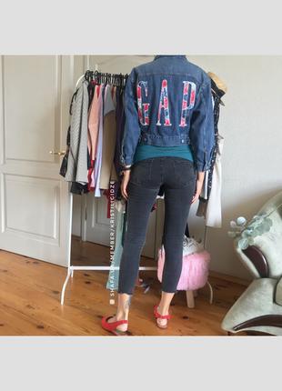Новая короткая джинсовая куртка от gap с лого на спине. 8 c s