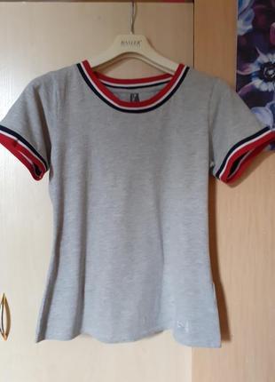 Базовая серая футболка в отличном состоянии, размер  m