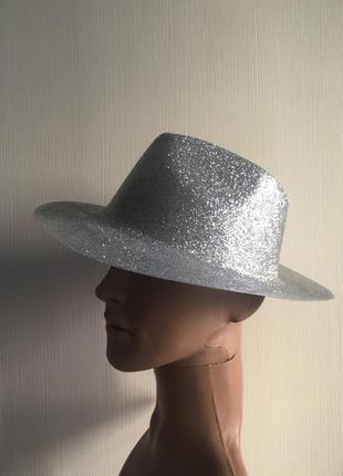 Декоративная шляпа из пластика в блесточках