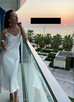 Платье шелковое с открытой спиной на брительках