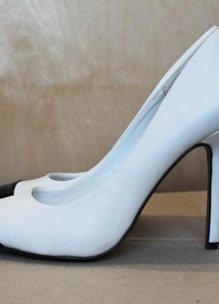 Белые лодочки/ лакированные туфли лодочки/ классические туфли на шпильке/ черный носок
