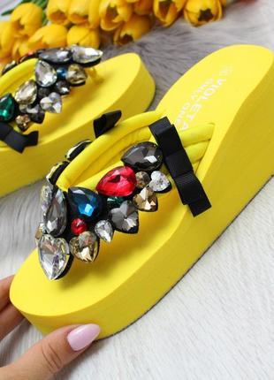 Летняя распродажа, желтые шлепки вьетнамки с камнями на танкетке платформе