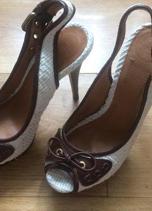 Шкіряні босоножки zara білі з коричневим на високому каблуку