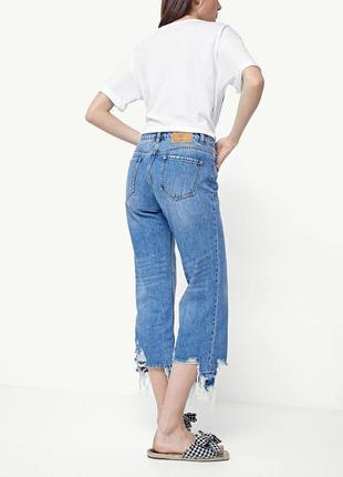 Вкорочені джинси з рваним низом