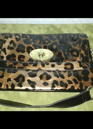 Лаковая сумочка клатч на цепях с леопардовым принтом