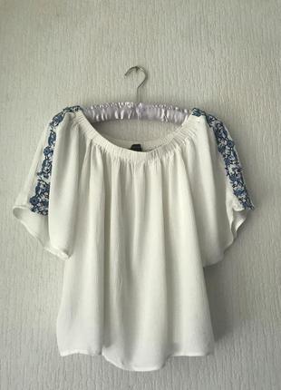 Стильна блуза на плечі