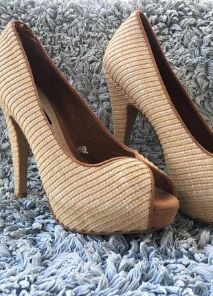 Плетёные отличные туфли на высоком каблуке