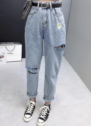 Джинсы женские голубого цвета с вышивкой ромашка