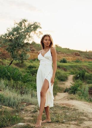 Шелковое молочное платье на запах