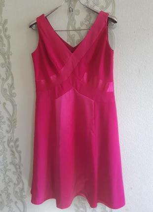 Красивое шелково-атласное платье