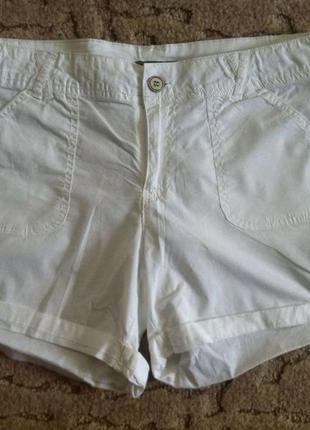 Белые фирменные шорты