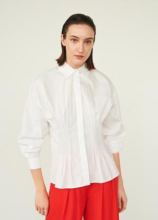 Белая рубашка с присборенными деталями