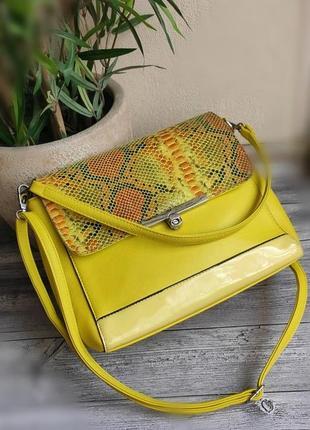 Желтая вместительная сумочка