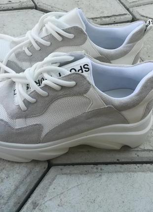 Нові кросівки.
